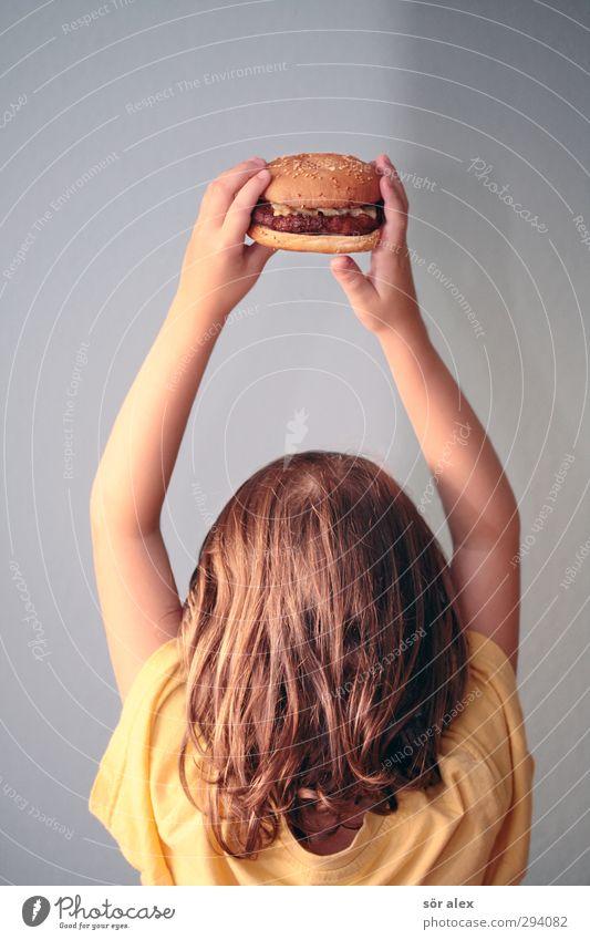 burgerqueen Mensch Kind Hand Mädchen gelb feminin Haare & Frisuren Kopf Essen Lebensmittel Kindheit Finger Ernährung Kleinkind Übergewicht lecker