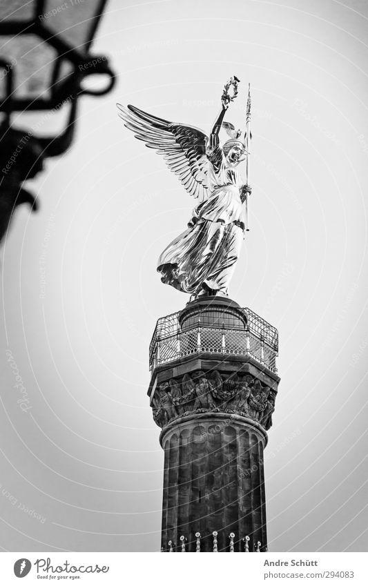 berlin. Lifestyle elegant Kunst Skulptur Hauptstadt Platz Bauwerk Zufriedenheit Siegessäule Berlin Schwarzweißfoto Außenaufnahme Menschenleer Textfreiraum links