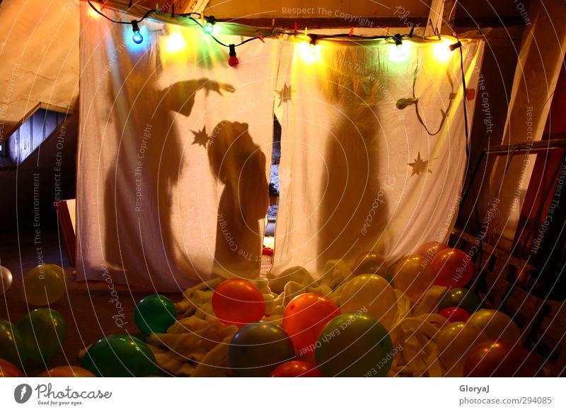 Schattenspiel Mensch Kind weiß Freude gelb Spielen Innenarchitektur Glück träumen rosa Kindheit Fröhlichkeit Stern Ballone Bühne Dachboden