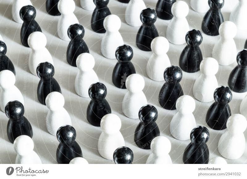 Schwarze und weiße Spielfiguren stehen abwechselnd angeordnet Spielzeug Holz Zeichen einfach kalt schwarz Kraft Macht Verschwiegenheit Zusammensein gewissenhaft