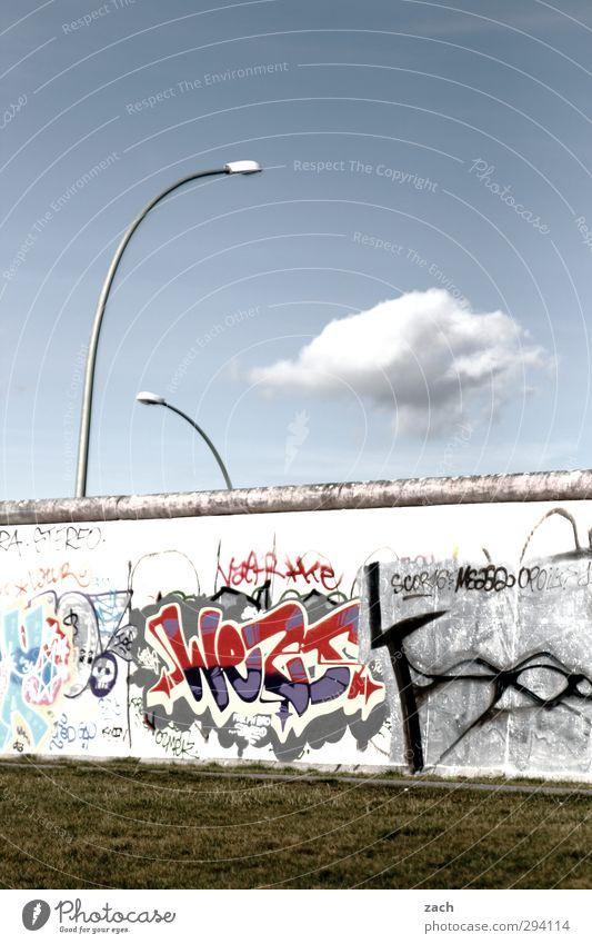 ...muss bleiben Himmel blau Stadt Wolken Graffiti Wand Gras Berlin Architektur Mauer grau Beton Schriftzeichen Vergänglichkeit Ziffern & Zahlen historisch
