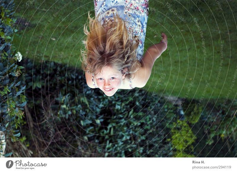 SommerSpaß Mädchen 1 Mensch 8-13 Jahre Kind Kindheit Garten Wiese Kleid Haare & Frisuren blond langhaarig Lächeln lachen Spielen schön lustig grün Fröhlichkeit