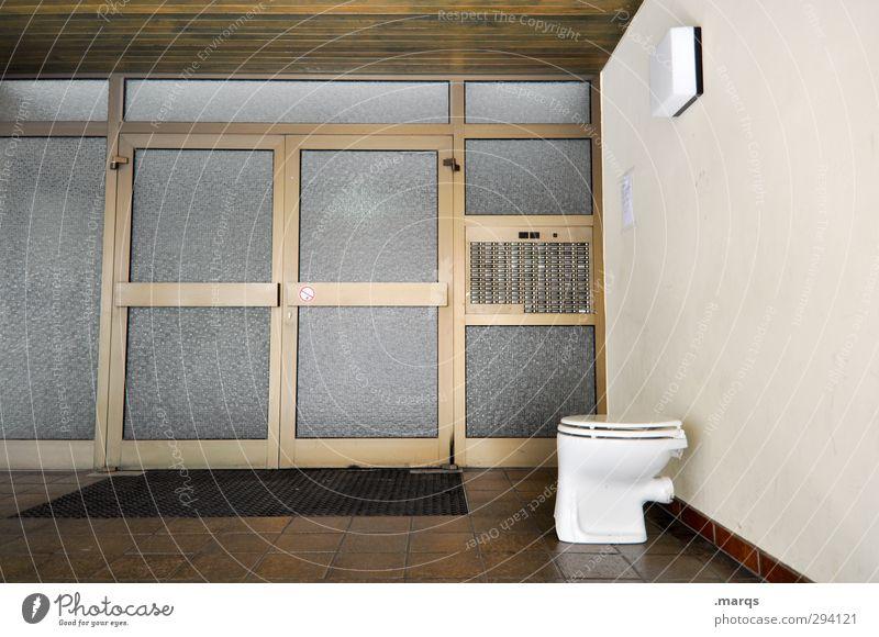 Gemeinschaftstoilette Haus lustig Architektur Gebäude außergewöhnlich Tür Häusliches Leben Toilette skurril Eingang Hauseingang Namensschild Mehrfamilienhaus Privatsphäre