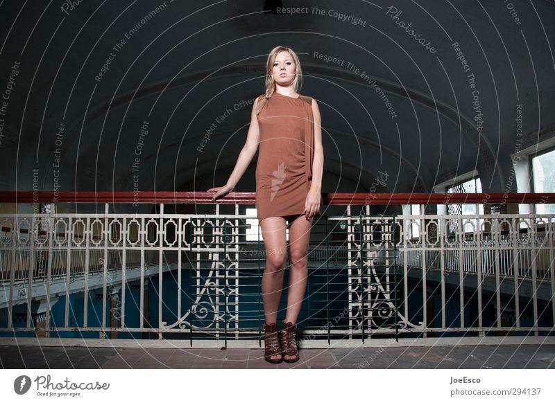 #248871 Lifestyle Stil Frau Erwachsene Leben Mensch Mode Kleid beobachten Erholung Blick stehen träumen Traurigkeit warten Coolness trendy einzigartig kalt