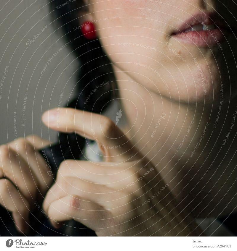 C. feminin Mund Hand Finger 1 Mensch Zopf festhalten elegant schön Zufriedenheit selbstbewußt Tatkraft Leidenschaft achtsam Gelassenheit geduldig bescheiden