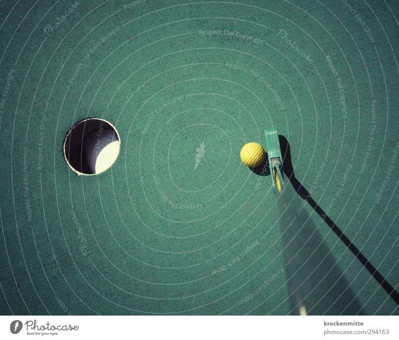Die letzte Meile grün Sommer Freude gelb Spielen Metall Freizeit & Hobby Kreis Ziel Kunststoff Ball Konzentration Loch Treffer zielen Höhepunkt
