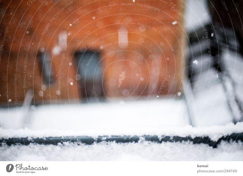 Ein letzter Gruß weiß Winter Haus kalt Schnee Wand Mauer hell Schneefall Eis orange Tür Frost Schneeflocke Dachrinne