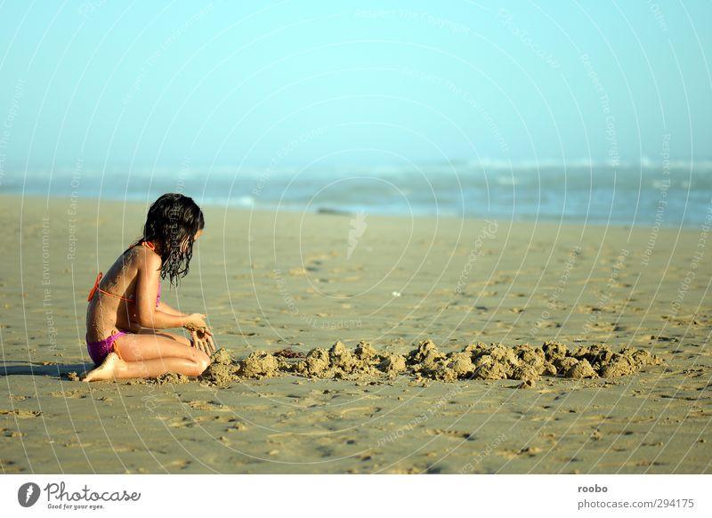 Mensch Kind Ferien & Urlaub & Reisen Sommer Sonne Mädchen Freude ruhig Strand feminin Spielen Sand Körper Kindheit planen Gelassenheit