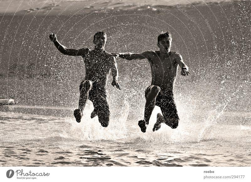 Mensch Kind Jugendliche Sommer Strand Junger Mann Leben Spielen Glück Schwimmen & Baden springen Gesundheit Freundschaft Zusammensein maskulin wild