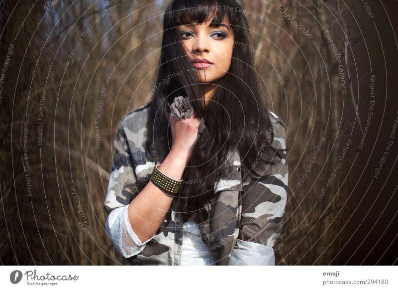 eine Brise Sommer Mensch Jugendliche schön Junge Frau Erwachsene feminin 18-30 Jahre trendy langhaarig schwarzhaarig Tarnfarbe