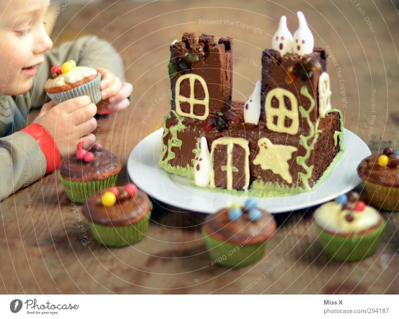 Stibitzer Mensch Kind Lebensmittel Kindheit Ernährung süß Kochen & Garen & Backen Kleinkind gruselig lecker Süßwaren Geister u. Gespenster Kuchen Schokolade Backwaren Halloween