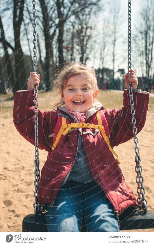 Kleines lächelndes Mädchen, das an einem sonnigen Frühlingstag in einem Park schwingt. Lifestyle Freude Glück schön Spielen Sommer Kind Frau Erwachsene Kindheit