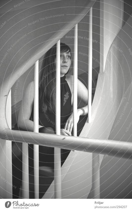steps feminin Junge Frau Jugendliche 1 Mensch 18-30 Jahre Erwachsene Kleid langhaarig beobachten sitzen träumen natürlich Schwarzweißfoto Innenaufnahme Tag