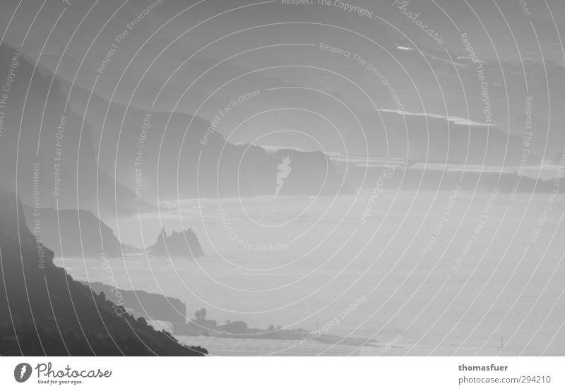 Frühnebel Ferien & Urlaub & Reisen Ferne Strand Meer Insel Wellen Umwelt Natur Landschaft Wetter Nebel Felsen Berge u. Gebirge Gipfel Küste Bucht Fjord Riff