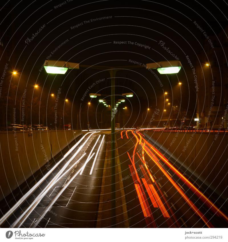 Hin & weg Winter Verkehrswege Straßenverkehr Straßenbeleuchtung PKW Linie fahren leuchten dunkel kalt trist Stimmung beweglich Geschwindigkeit Mobilität Ordnung