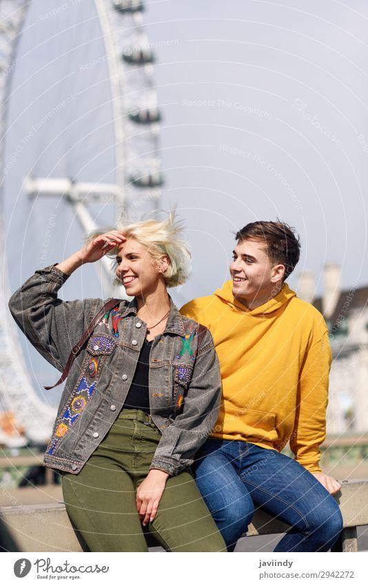 Glückliches Paar an der Westminster Bridge, River Thames, London. UK. Lifestyle Freude schön Ferien & Urlaub & Reisen Tourismus Sightseeing Mensch maskulin