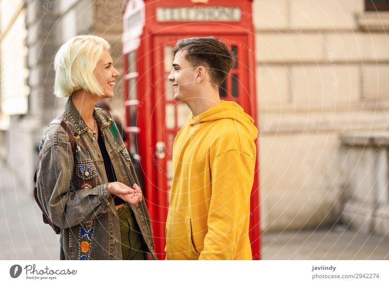 Glückliches Paar an der Westminster Bridge, River Thames, London. UK. Lifestyle Ferien & Urlaub & Reisen Tourismus Sightseeing Telefon Mensch maskulin feminin