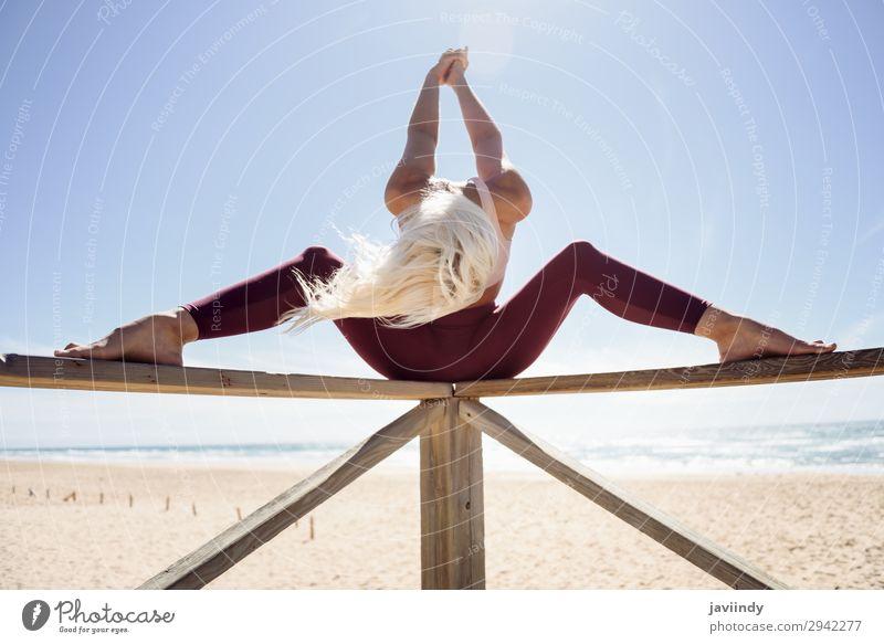 Kaukasische blonde Frau, die Yoga am Strand praktiziert. Lifestyle schön Körper Erholung Meditation Sommer Meer Sport Arbeit & Erwerbstätigkeit Mensch feminin