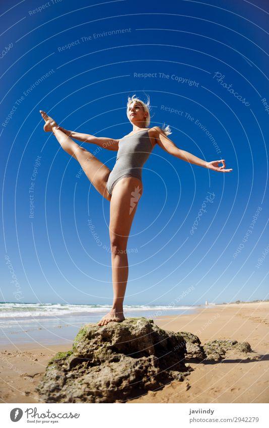 Kaukasische blonde Frau, die Yoga am Strand praktiziert. Lifestyle schön Körper Erholung Meditation Sommer Meer Sport Mensch feminin Junge Frau Jugendliche