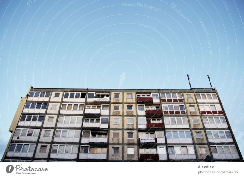bald abgerissen in St. Pauli blau alt Stadt rot gelb Fassade Armut hoch Design Hochhaus trist retro Zukunftsangst Wolkenloser Himmel skurril hässlich
