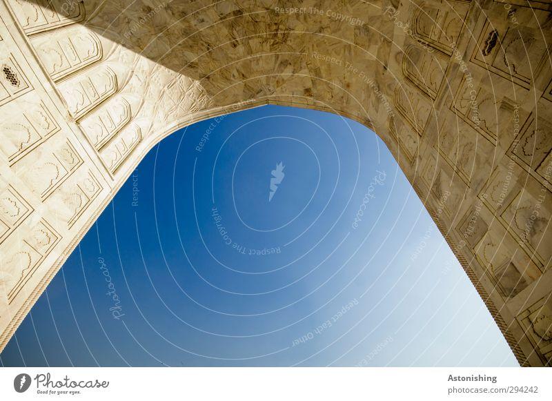 TAJ IV Himmel blau Stadt weiß Wärme Wand Architektur Mauer Gebäude Stein Reisefotografie Wetter Fassade hoch Schönes Wetter ästhetisch