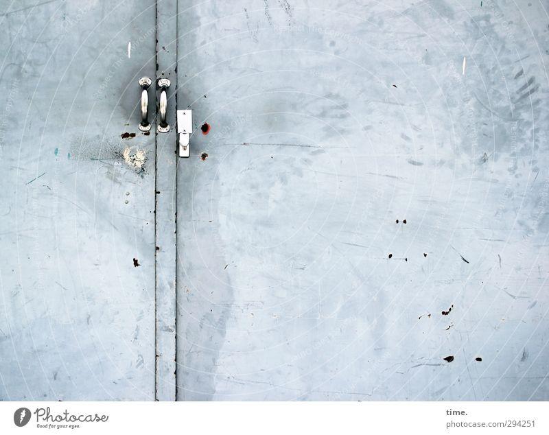 Dose mit zwei Öffnern Stadt kalt grau Metall Tür dreckig geschlossen Ordnung kaputt bedrohlich Sicherheit Macht Schutz Ende Zusammenhalt Platzangst