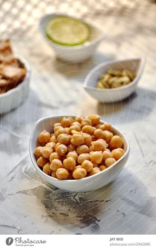 Kichererbsen gekocht in weißer Schleife auf dem Tisch bereit Lebensmittel Fleisch Gemüse Kräuter & Gewürze Ernährung Essen Mittagessen Abendessen Bioprodukte