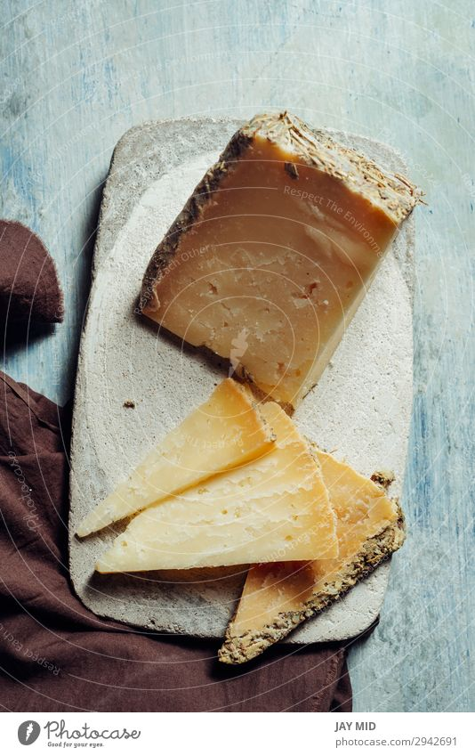 Halbgereifter Schafskäse Villarejo Rosmarin. Cuenca, Spanien Lebensmittel Käse Ernährung Bioprodukte Vegetarische Ernährung Diät Teller Preisverleihung