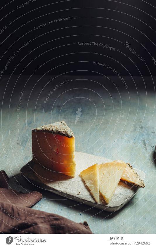 Halbgereifter Schafskäse Villarejo Rosmarin. Spanien Lebensmittel Käse Ernährung Bioprodukte Vegetarische Ernährung Diät Teller Preisverleihung Gastronomie alt