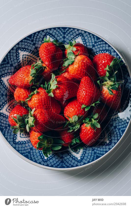 Frische reife Erdbeeren in einem blau-weißen Teller Frucht Dessert Ernährung Frühstück Mittagessen Abendessen Bioprodukte Vegetarische Ernährung