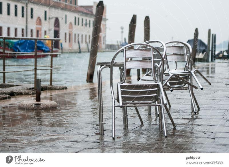 Überfluss Stuhl Tisch Winter Wetter schlechtes Wetter Regen Flussufer Kanal Venedig Hafenstadt Platz nass grau Tourismus Gastronomie Pause Überschwemmung