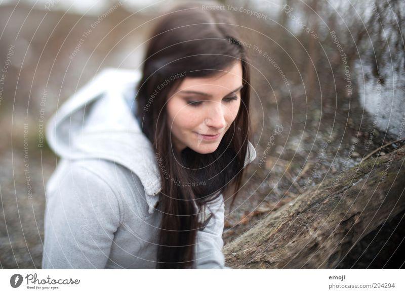lakeside feminin Junge Frau Jugendliche 1 Mensch 18-30 Jahre Erwachsene brünett langhaarig schön grau Farbfoto Gedeckte Farben Außenaufnahme Tag Unschärfe