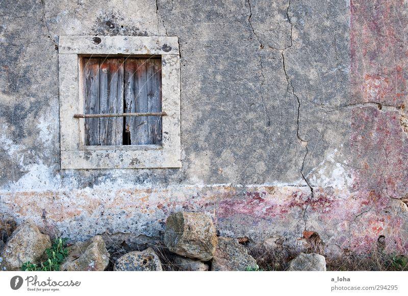 das fenster zu einer fremden welt Dorf Altstadt Menschenleer Haus Ruine Mauer Wand Fenster Stein Beton Holz Linie alt historisch Originalität retro grau Verfall