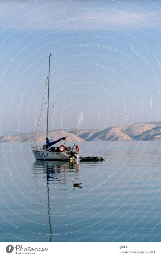 Boot mit Möwe, morgens um 7 Wasser Meer ruhig Wasserfahrzeug Kroatien