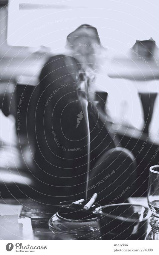 Smoke` em maskulin Mann Erwachsene Leben 18-30 Jahre Jugendliche Veranstaltung Zigarette Zigarettenasche Zigarettenspitze Zigarettenrauch Aschenbecher Rauch