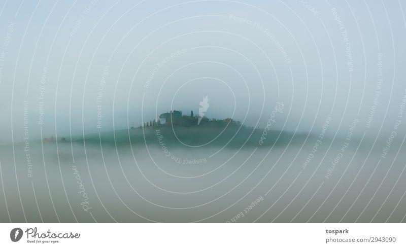 Haus im Nebel Toskana Morgen Landschaft Italien Fantasie Außenaufnahme Schwache Tiefenschärfe Stimmung Gefühle stehen ästhetisch