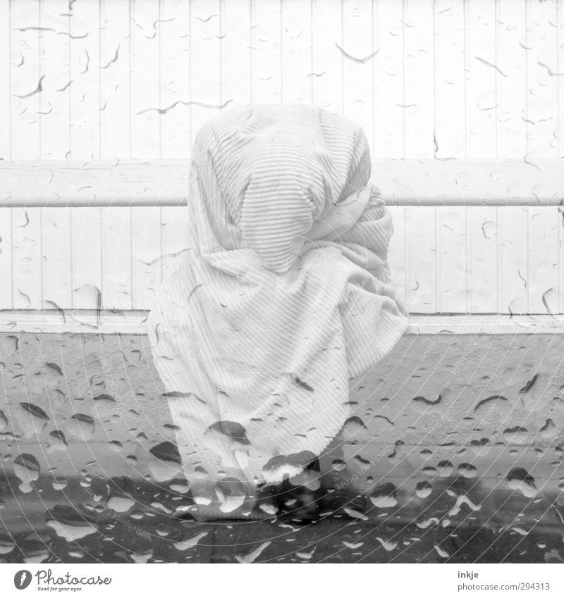 tears Mensch Wasser Einsamkeit kalt Wand Leben Gefühle Traurigkeit Mauer Stimmung Regen Körper Fassade sitzen warten Lifestyle