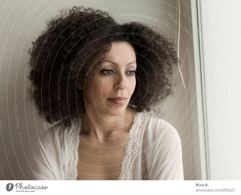 Curly Frau Erwachsene 1 Mensch 30-45 Jahre Haare & Frisuren brünett Locken Afro-Look träumen authentisch hell schön nachdenken Gedeckte Farben Innenaufnahme