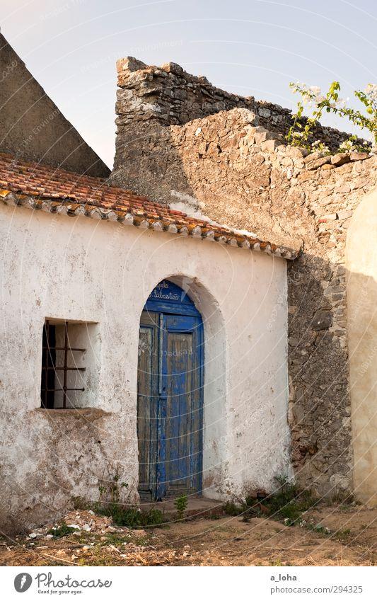 walk of life blau alt weiß Einsamkeit Fenster dunkel Wand Mauer Religion & Glaube Tür Idylle Kirche Vergänglichkeit historisch Dorf