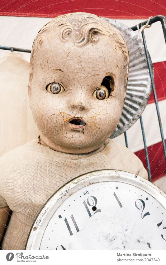 Old vintage doll with damaged face Halloween Baby gruselig retro verrückt Angst creepy scary dirty old broken head dolls portrait spooky Hintergrundbild