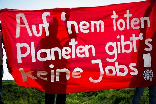 es eilt - wählen gehen Klimawandel Zeichen Schriftzeichen Transparente Bewegung kämpfen Kommunizieren authentisch rebellisch Wut rot weiß Tatkraft Verantwortung