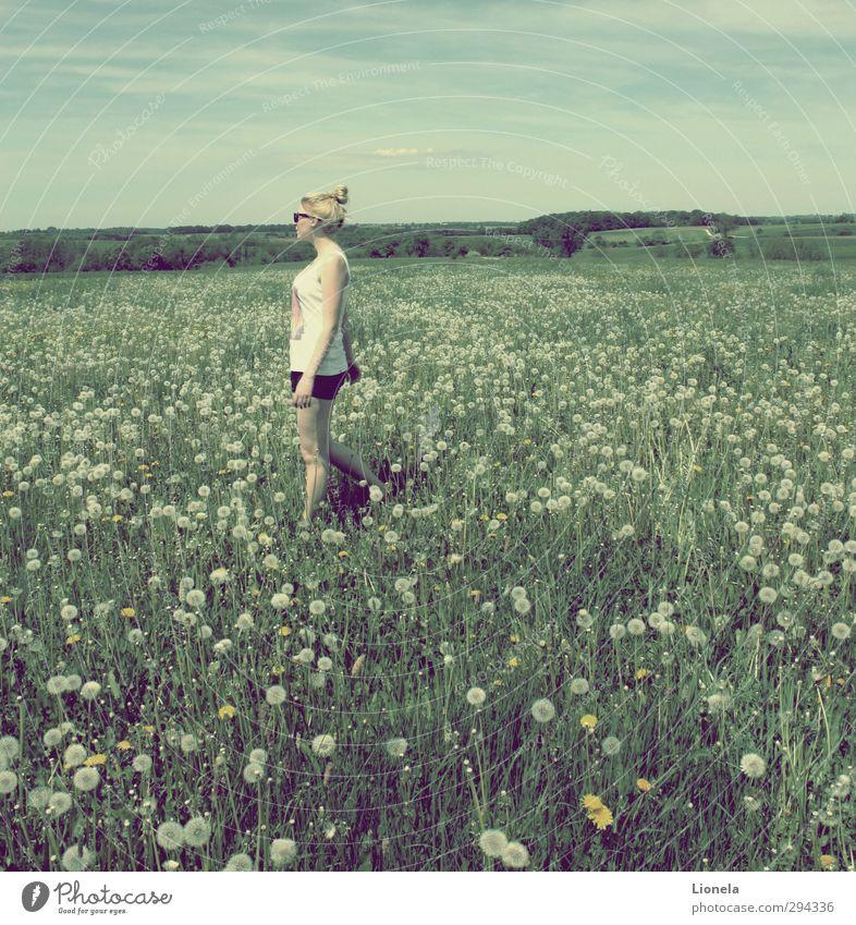 Frühling feminin Körper Haare & Frisuren 18-30 Jahre Jugendliche Erwachsene Natur Landschaft Blume Wildpflanze Wiese Dorf T-Shirt Hose Stoff blond beobachten