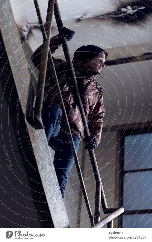 Ironmen Lifestyle Stil Mensch Winter Industrieanlage Fabrik Architektur Treppe Jacke Handschuhe Mütze Abenteuer entdecken geheimnisvoll kalt Konzentration Leben