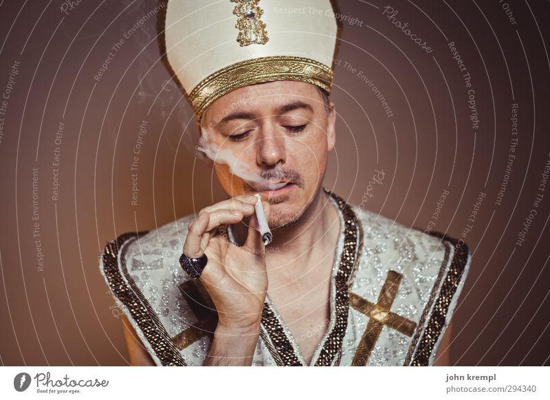 Abwarten und Tee rauchen Mensch Erwachsene Religion & Glaube braun maskulin gold 45-60 Jahre Coolness Rauchen skurril Rauschmittel trashig Bekanntheit Katholizismus Joint Geistlicher