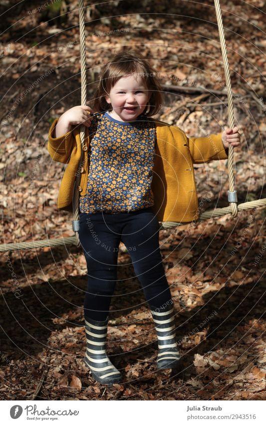 Mädchen Klettergerüst Waldspielplatz feminin Kleinkind 1 Mensch 1-3 Jahre Wolljacke Gummistiefel Streifen brünett kurzhaarig Pony hängen lachen Spielen