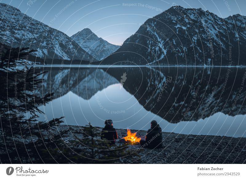 Lagerfeuer am See Freiheit Berge u. Gebirge Paar Erwachsene 2 Mensch Natur Landschaft Wasser Alpen Schneebedeckte Gipfel Seeufer Plansee Österreich Stimmung