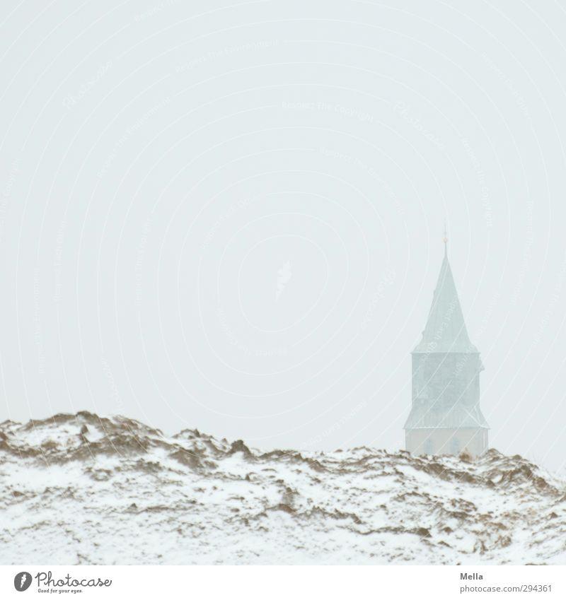Herauswagend | Himmel und Erde Umwelt Landschaft Winter Schnee Hügel Dorf Kirche Turm Bauwerk Gebäude stehen eckig hell Glaube Religion & Glaube Kirchturm