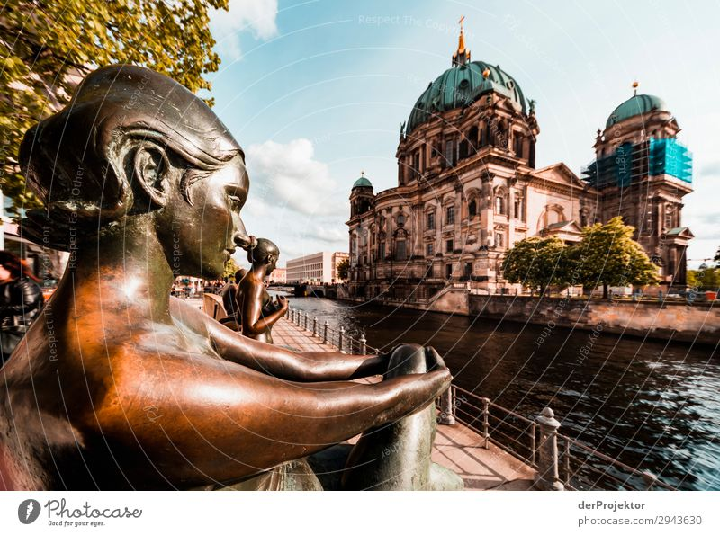 Drei Mädchen und ein Knabe an der Spree Ferien & Urlaub & Reisen Tourismus Ausflug Abenteuer Ferne Freiheit Sightseeing Städtereise Bauwerk Gebäude Architektur
