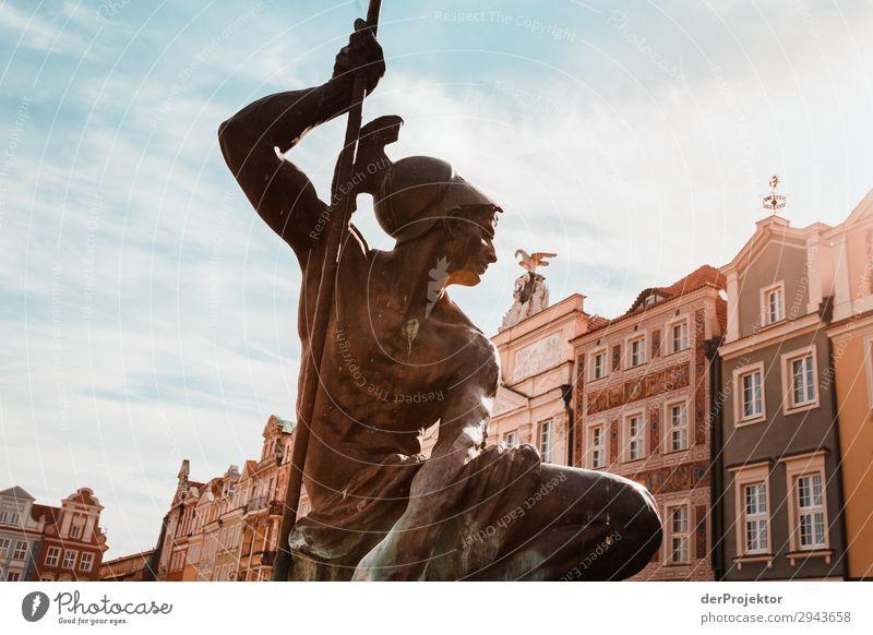 Statue am Marktplatz in Posnan V Zentralperspektive Gegenlicht Sonnenstrahlen Sonnenlicht Kontrast Schatten Abend Tag Licht Textfreiraum Mitte Textfreiraum oben
