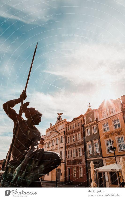 Statue am Marktplatz in Posnan III Zentralperspektive Gegenlicht Sonnenstrahlen Sonnenlicht Kontrast Schatten Abend Tag Licht Textfreiraum Mitte